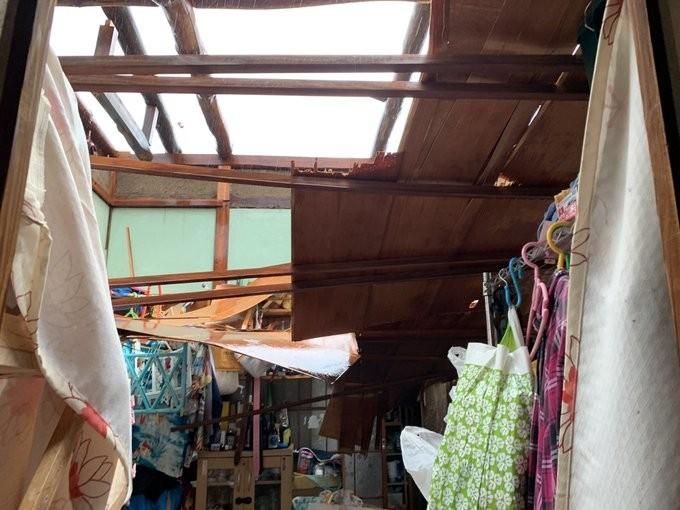 有民眾家中屋頂被吹走。(圖擷取自推特)