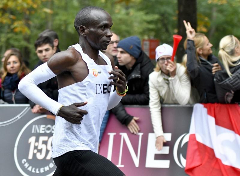 肯亞長跑名將基普喬格(Eliud Kipchoge)今(12日)在奧地利維也納以1小時59分40秒飆完全馬42.195公里,超越了人體極限。(法新社)