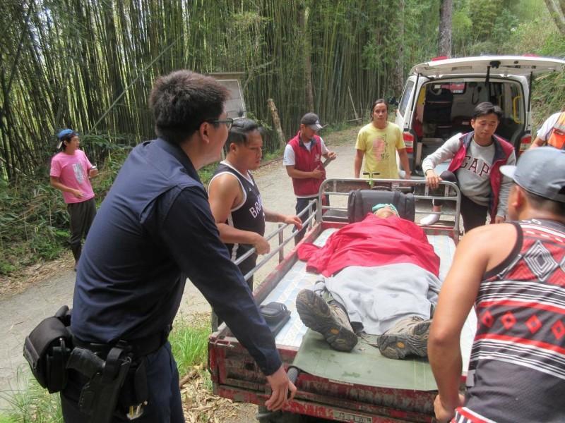 警員和山青把農用搬運車當救護車用,成功把高齡近70歲的傷者接駁到一般道路,再交由119救護車送下車就醫。(警方提供)