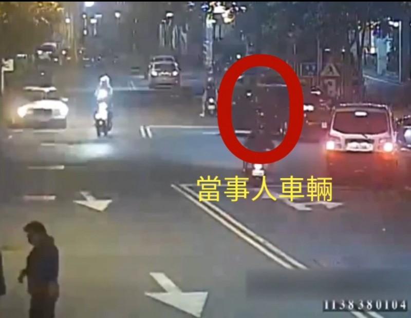 游男駕駛的休旅車,從醫院駛出後加速逃逸,擦撞巷內轎車及圍牆才停下。(記者張議晨翻攝)
