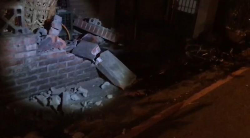 游男駕駛的休旅車,擦撞巷內轎車及圍牆才停下。(記者張議晨翻攝)