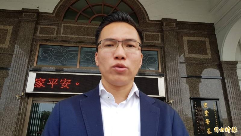 民進黨議員林智鴻質疑韓國瑜明年舉債,想請假迴避議會質詢,今下戰帖要求辯論。(記者陳文嬋攝)