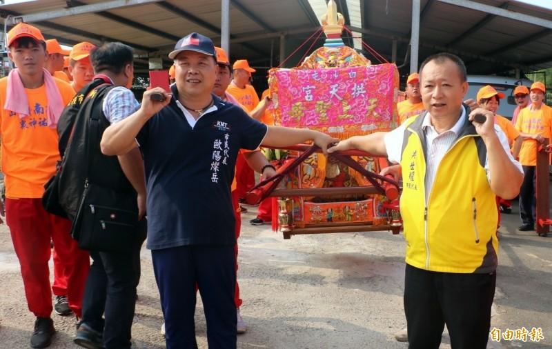 南投市民代表歐陽燦岳(左)及洪世耀(右),也參與白沙屯媽祖遶境活動。(記者謝介裕攝)