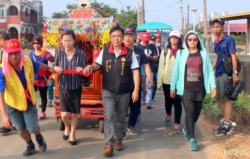 南投市長宋懷琳(女,左2)與信眾一起推著白沙屯媽祖鑾轎在139線遶境祈福情形。(記者謝介裕攝)