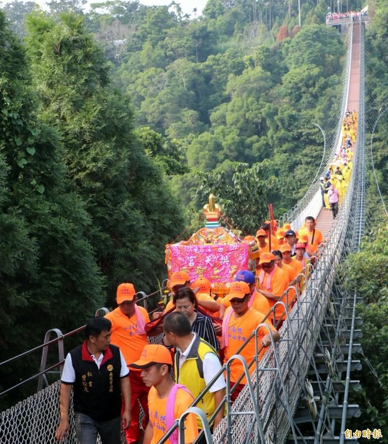 「天上聖母、帝爺公」神轎一起過南投市天空之橋祈福情形。(記者謝介裕攝)