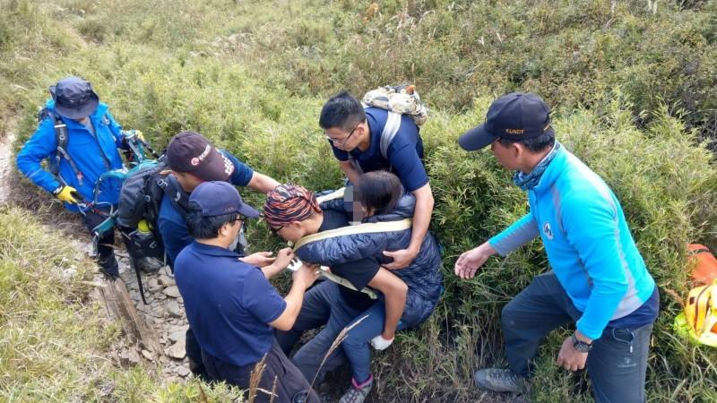 女山友走小奇萊步道滑倒,由救難人員輪流背負「上山」到奇萊山登山口。(圖由消防局提供)