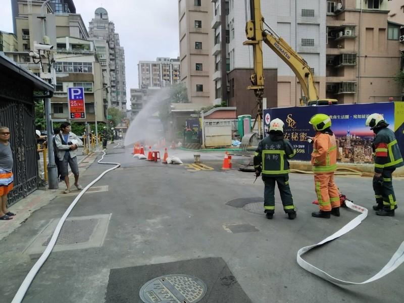 北市敦化南路瓦斯管被挖斷外洩 警消現場噴水霧警戒