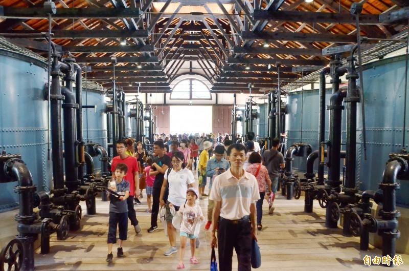 遊客湧進快濾筒室內,參觀日治時期的水道設備。(記者吳俊鋒攝)