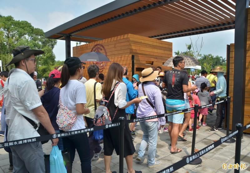 博物館入口大排長龍,遊客依序進園。(記者吳俊鋒攝)