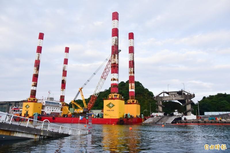 海上作業平台宏禹一號,駛入斷橋旁的碼頭停靠,即日起將展開橋體切除作業。(記者張議晨攝)