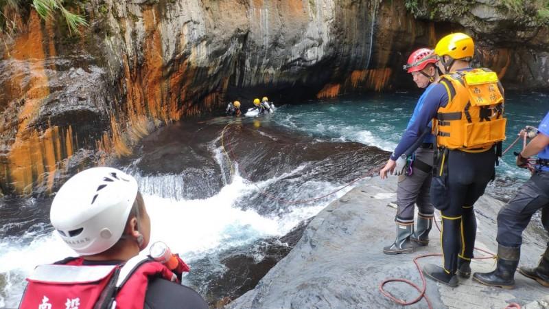 帖比倫瀑布水流湍恐暗流強,搜救人員下水極困難。(民眾提供)