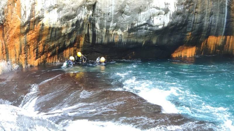 搜救人員潛水到水中才找到卡在石縫中的溺水者。(民眾提供)