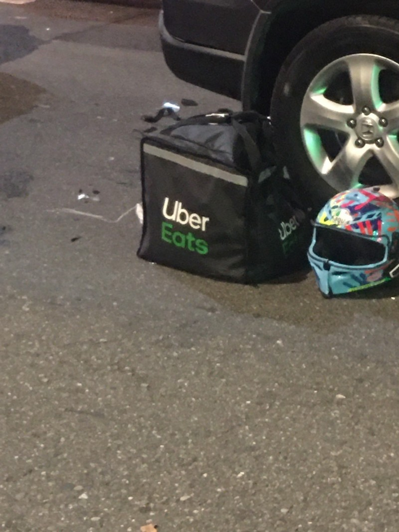 外送員的安全帽與裝備遺留現場。(記者王冠仁翻攝)