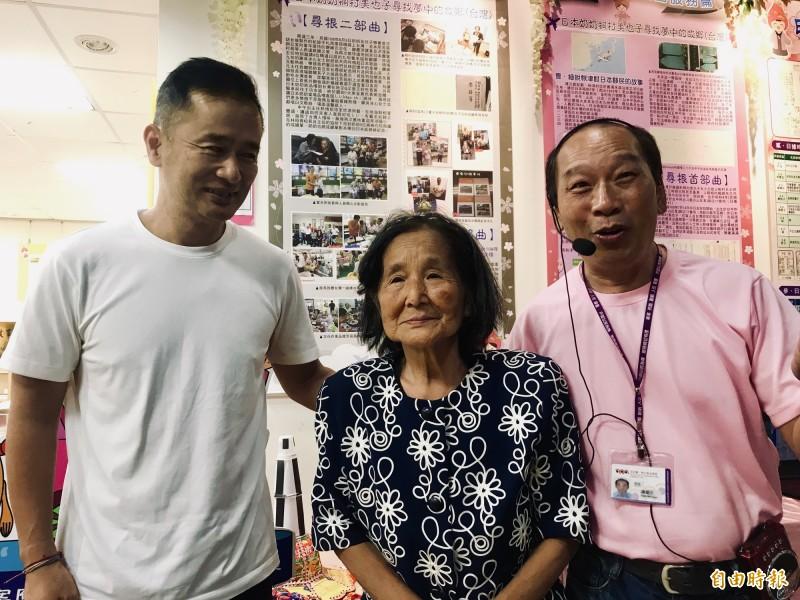 桐村久美子在兒子大畑昌弘(左)陪同下參加「二林戶政檔案展」,右為二林戶政事務所主任謝維元。(記者顏宏駿攝)