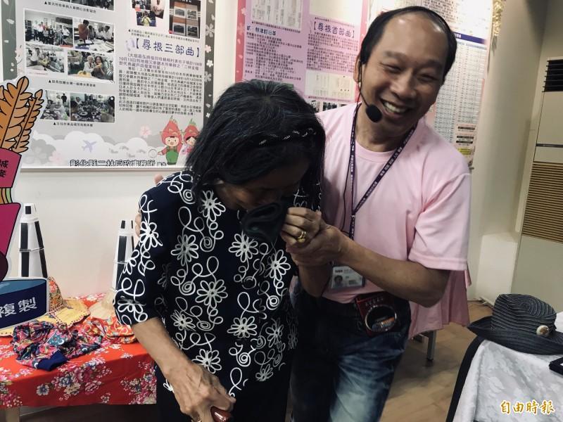 桐村久美子參加「二林戶政檔案展」,看到自己的尋根資料陳列,感動落淚。(記者顏宏駿攝)