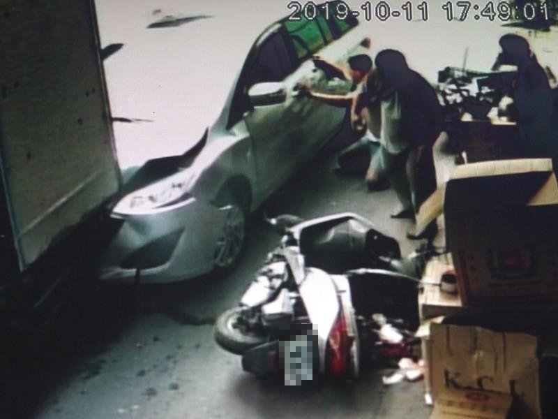 疑誤踩油門 老翁在家門口撞死老妻