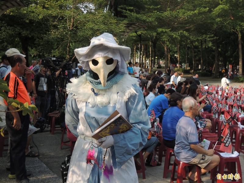 民眾打扮成瘟疫醫生,對韓國瑜與韓粉的言行表達無聲抗議。(記者王榮祥攝)