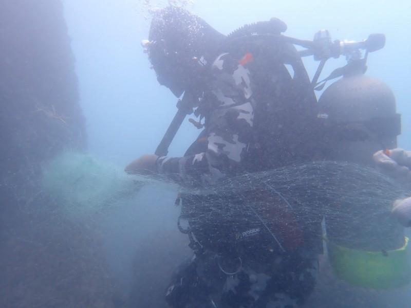 第九河川局雇請專業潛水者在南濱、化仁的水下潛堤,剪掉被纏住的廢棄漁網。(水利署提供)