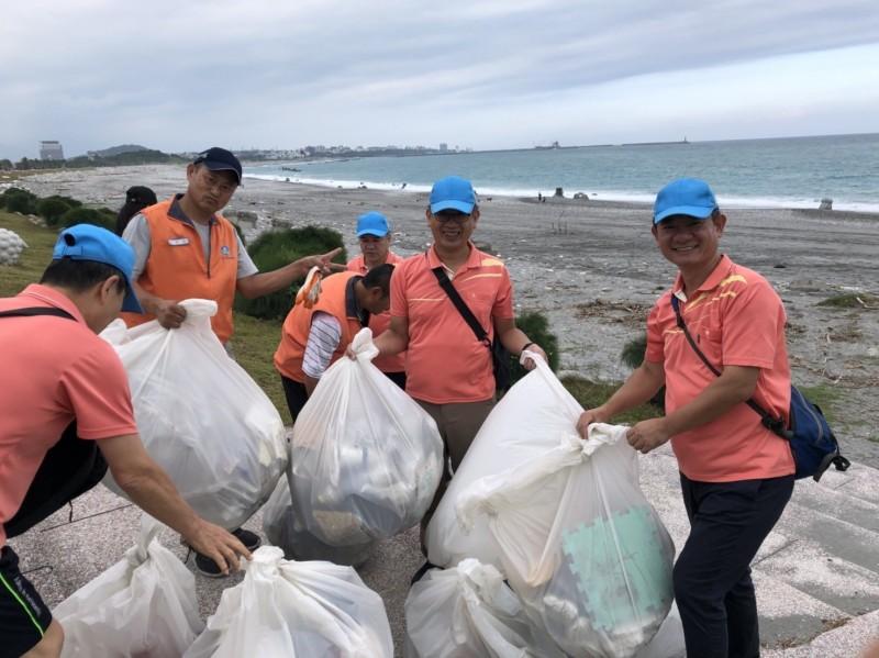 水利署今天動員志工進行淨灘,在花蓮南濱、化仁海岸清出大量垃圾。(水利署提供)