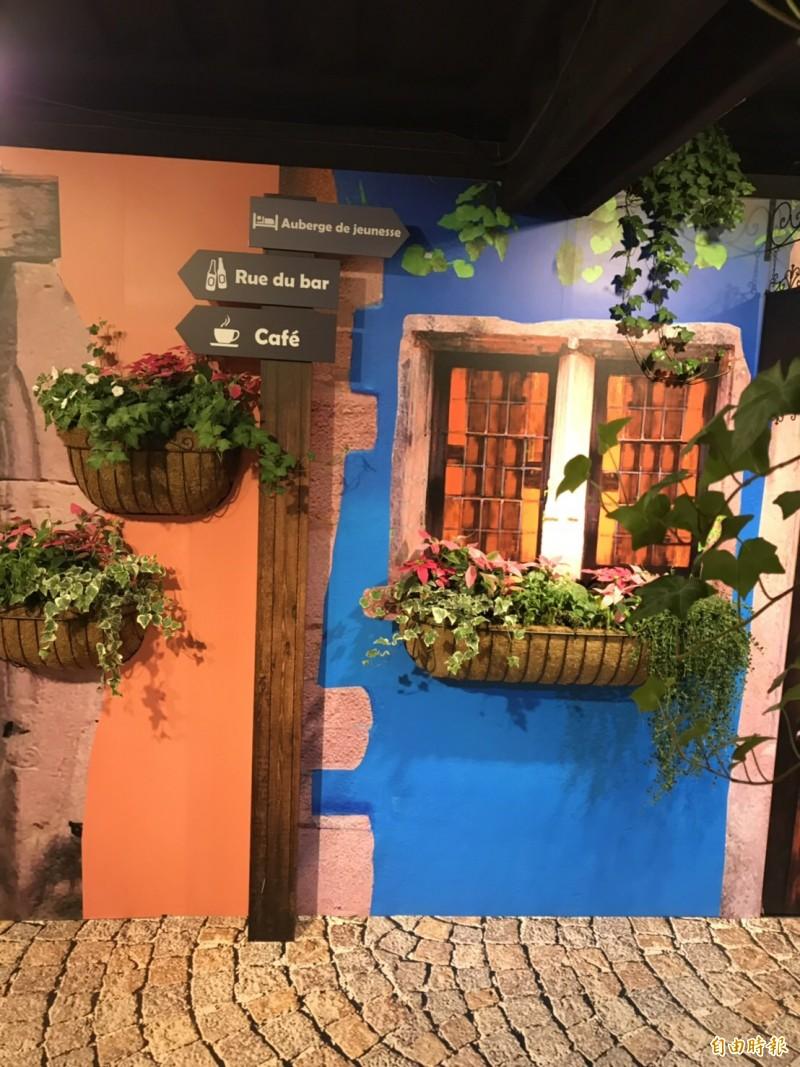 有異國街景的「歐弄尋花」展區。(記者李容萍攝)