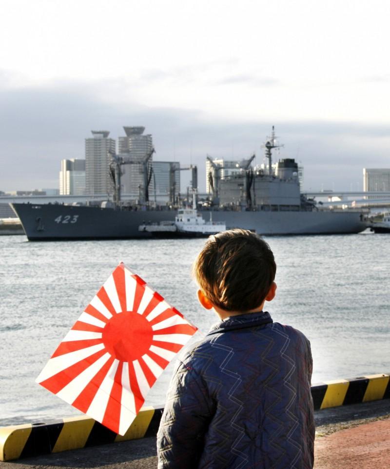 颱風哈吉貝重創日本,防衛大臣河野太郎今宣布,取消海上自衛隊原定明日舉行的國際艦隊閱艦式,以救災為最優先。(美聯社)