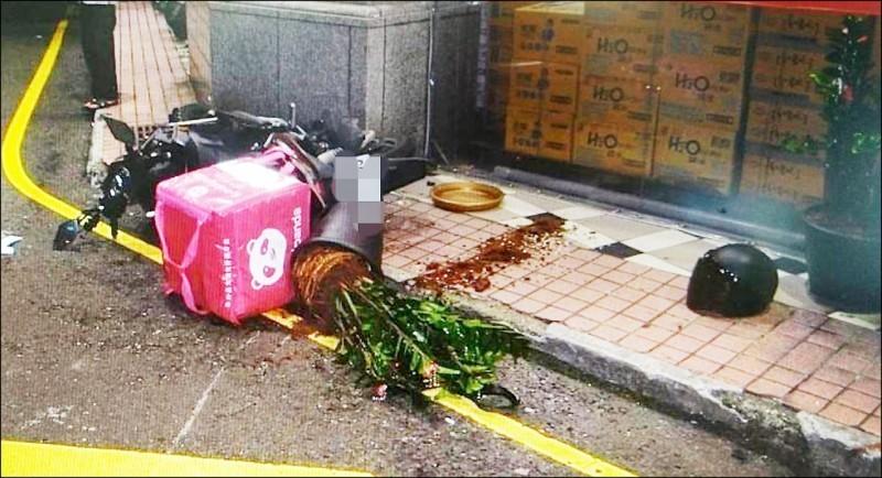 外送員和小貨車對撞身亡,現場遺留安全帽及倒地的機車外送箱。(記者周敏鴻翻攝)