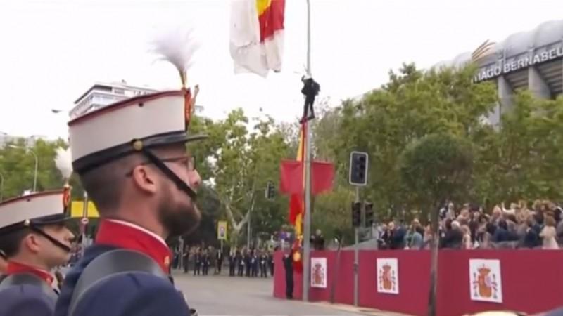 現場民眾鼓掌為跳傘員加油打氣。(圖擷自Assemblea Nacional Catalana - England臉書)
