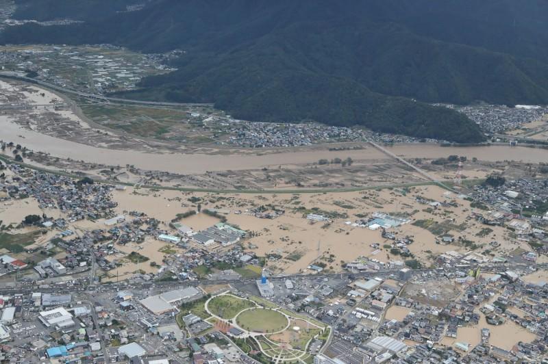 日本長野縣嚴重受災,許多地區聯外交通中斷,須仰賴救難人員協助災民進出。(法新社)