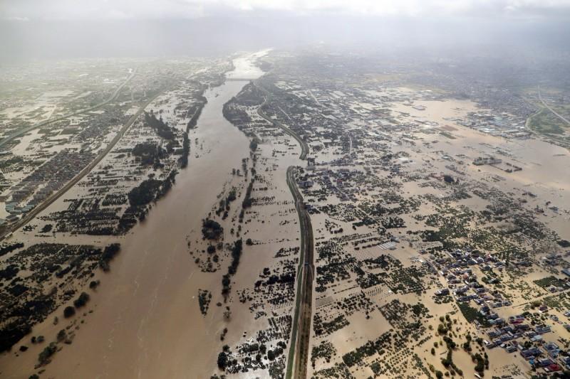 長野縣千曲川堤防多達24處潰堤,洪水直接衝入街道,所到之處一片汪洋。(歐新社)