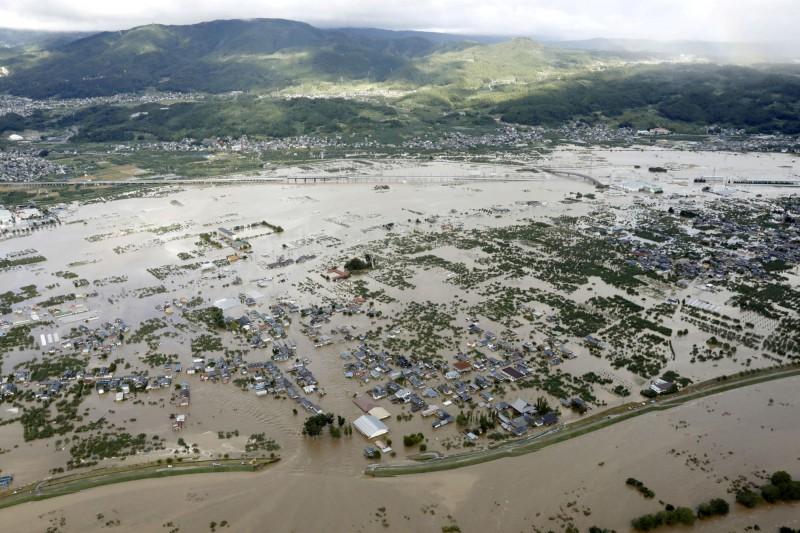 國土交通省指出,千曲川堤防破裂最嚴重的缺口(見圖)長達70公尺。(路透)