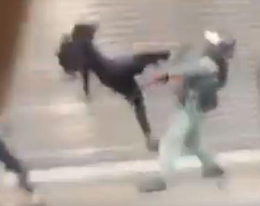 香港人反抗》示威者飛踢港警救手足 網讚:李小龍再現