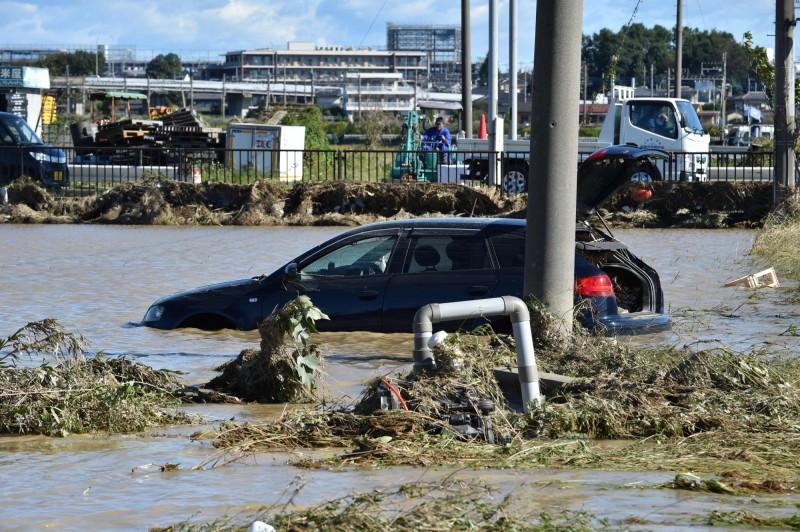颱風哈吉貝肆虐日本,埼玉縣一處養老院驚傳260人受困,目前當局已展開救援行動。圖為埼玉縣淹水情況。(法新社)