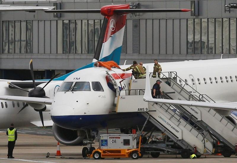 英國環團機場示威  帕運選手竟爬上飛機抗議