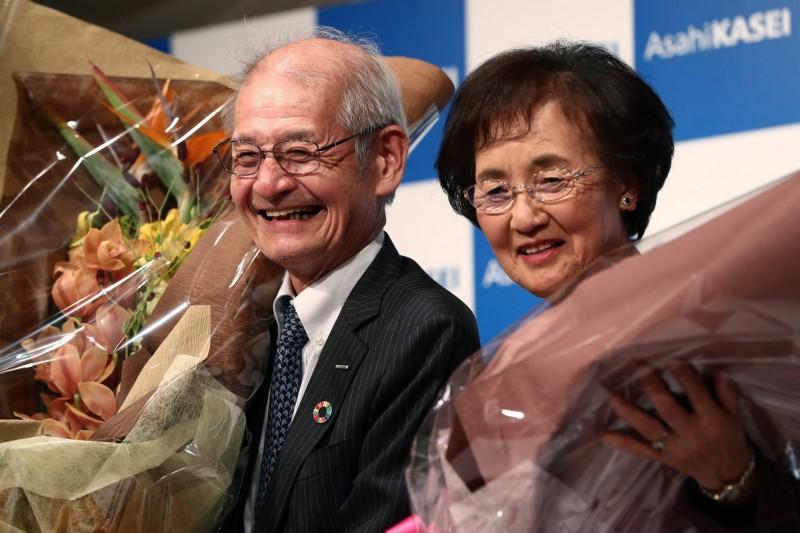 日本旭化成公司名譽研究員吉野彰獲得2019年諾貝爾化學獎,右為其妻子久美子。(法新社)