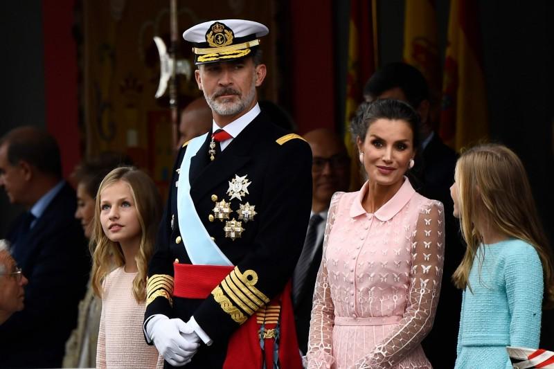 西班牙國王菲利普六世與皇后和兩名公主出席國慶閱兵。(法新社)
