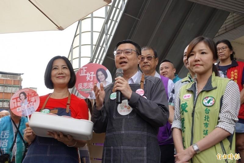 民進黨主席卓榮泰今天一早來到台北市立委第一選區(北投區、士林區13里),陪爭取連任的吳思瑤到北投市場掃街拜票。(記者沈佩瑤攝)