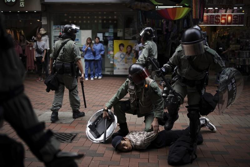 香港民眾今發起「18區開花」行動,下午在各區大型商場、幹道示威,港警開始行動追捕抗議人士。(美聯社)