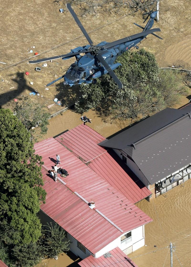 哈吉貝颱風侵襲日本造成慘重災情,一名70歲的女性在直升機救援任務中從高空墜落,目前命危送醫。(美聯社)
