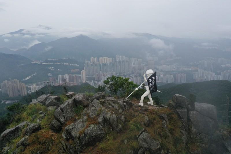 4.5公尺高香港民主女神像 連夜登獅子山頂!