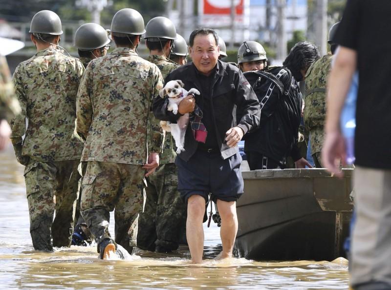 日本首相安倍晉三今已成立緊急救援小組,出動超過2萬7000名自衛隊員及警消團隊,展開救災行動。(路透社)
