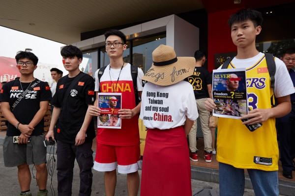NBA》反挺港還蹭豆腐 ! 愛國球迷穿「台灣屬於中國」T恤抗議