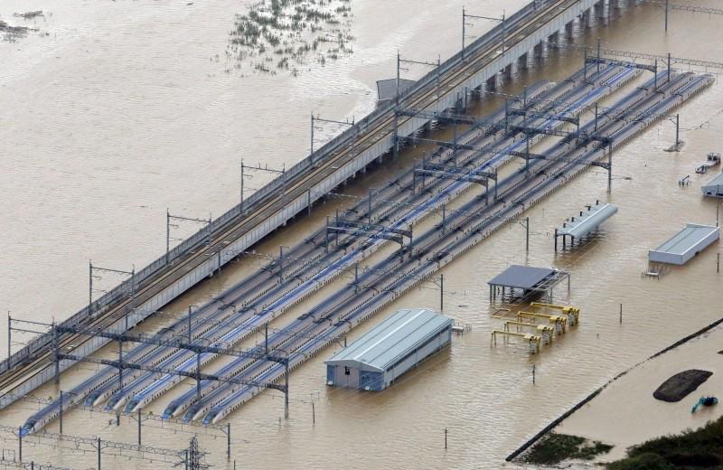 位於長野的JR東日本新幹線車輛整備中心遭大水淹沒,有三分之一列車泡在水中。(歐新社)