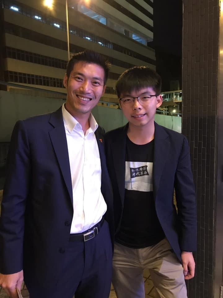 黃之鋒和他拍照讓中國爆氣! 塔納通︰不樂見港府暴力行為