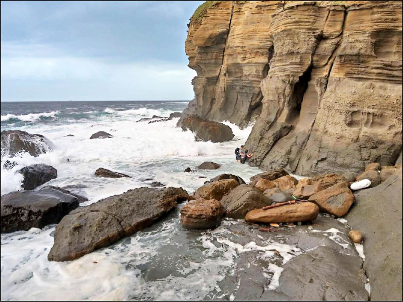 鼻頭角秘境經礁岩區 遇長浪吞噬無退路