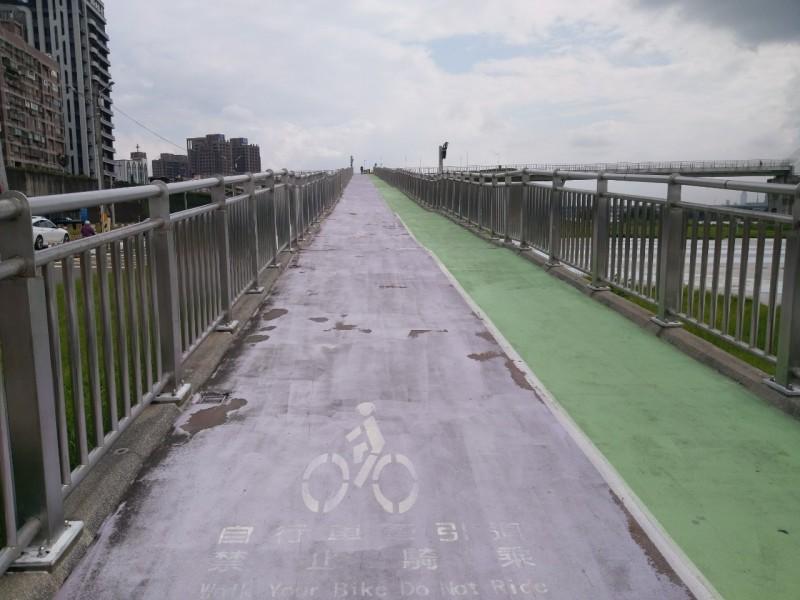提升通行安全 新月橋鋪面防護再升級