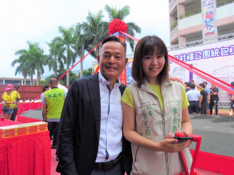 民進黨新北市議員李余典和女兒李旻蔚。(記者陳心瑜翻攝)