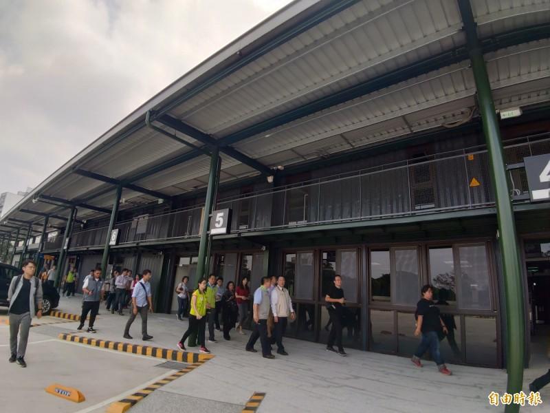 台南市長黃偉哲視察台南轉運站,期許開始營運後有效減輕台南火車站周邊道路尖峰時段交通壅塞。(記者蔡文居攝)