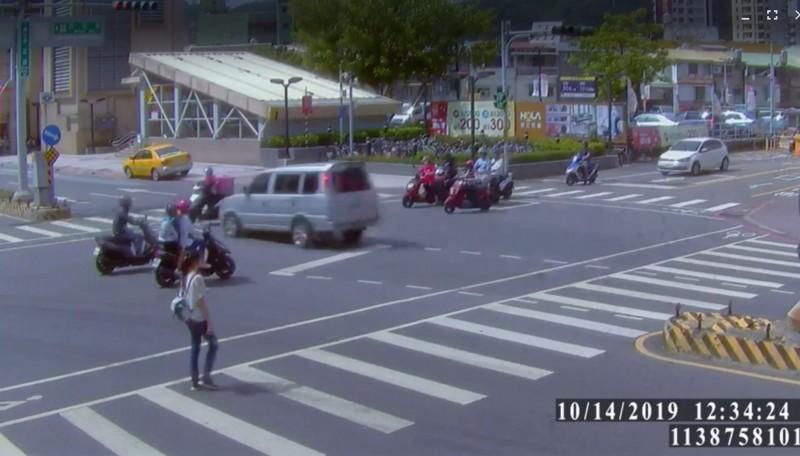 陳姓客貨車駕駛今天下午新北市新莊中正路、民安路口駕駛灰色客貨車闖紅燈(圖左側),撞上綠燈起步直行的Foodpanda外送員,嚇壞路人。(記者吳仁捷翻攝)