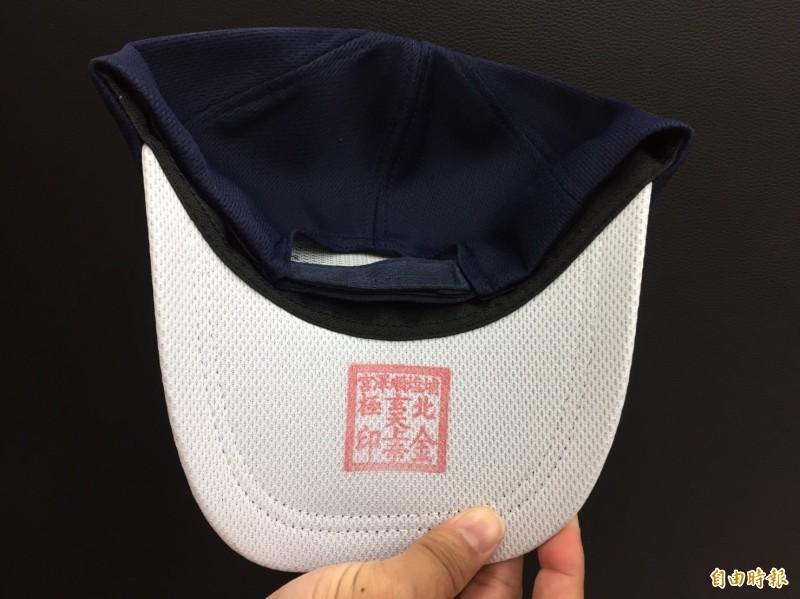搶手的冠軍神帽,帽緣背面有廟方宮印為證。(記者張聰秋攝)