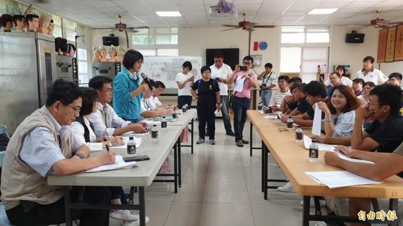 立委蘇治芬向農委會主委陳吉仲反映植保機的現行規定不符農民使用。(記者廖淑玲攝)
